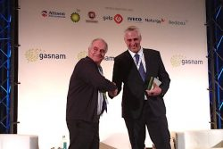 Antonio Murugo receives award at GASNAM