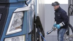 Volvo FH LNG refuelling